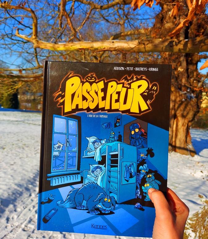 """""""Passepeur 1. Rue de la Trouille"""". Elle est scénarisée par Daniel Bultreys, dessinée par Jean-Marc Krings et colorisée par Scarlett Smulkowski."""